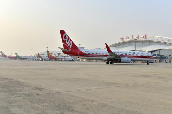 呼和浩特白塔国际机场繁忙的停机坪上,客运飞机在等候出港