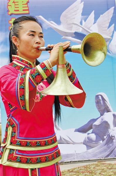 吹歌传承人在表演