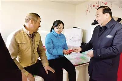 自治区党委常委、自治区副主席、呼和浩特市委书记云光中看望慰问贫困村民。