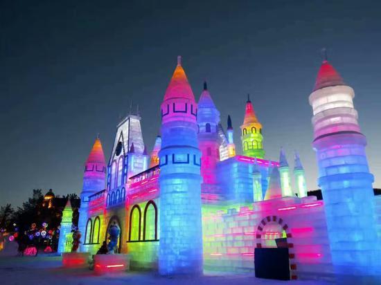 冰雪节现场精心刻画的冰雪雕作品