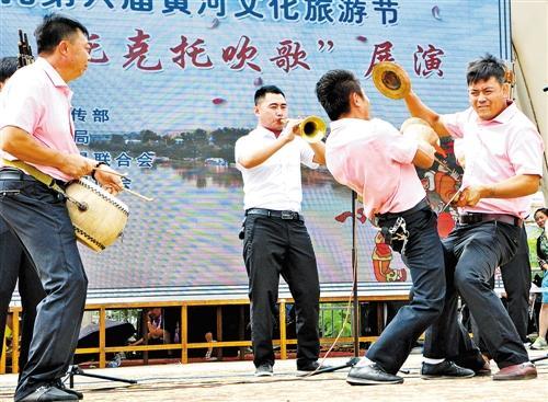 吹歌表演中的打趣伴奏