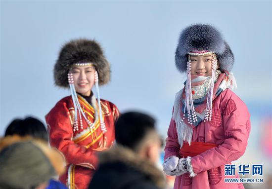 两名蒙古族姑娘在开幕式上进行服装展示