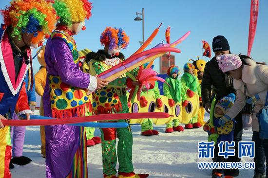 临河区黄河湿地公园的冰雪活动丰富多彩(曹桢 摄)