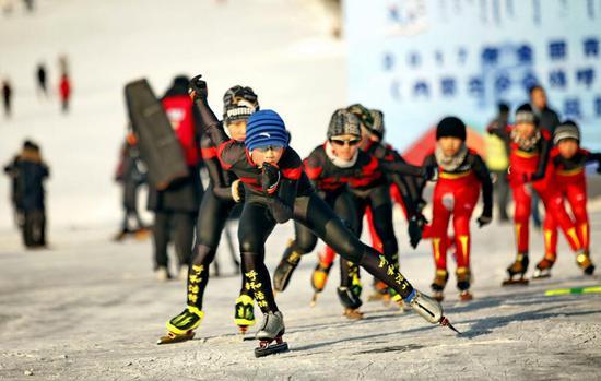 青少年在冰雪上运动