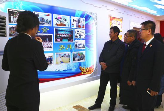 媒体开放日活动嘉宾参观新城区人民检察院展室