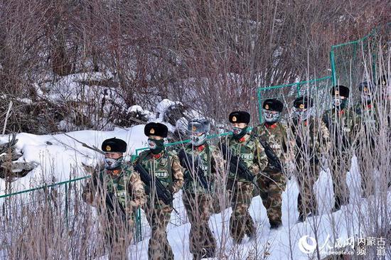 官兵在野外的皑皑白雪中行军