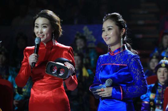 主持人展示VR技术 内蒙古客户端记者 通拉嘎摄