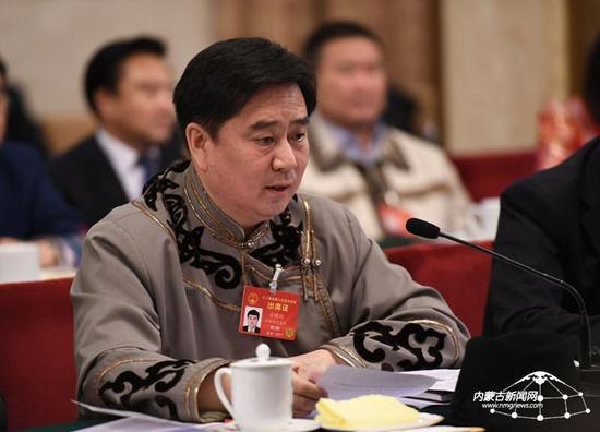 """驻内蒙古全国政协委员王文彪建议:""""一带一路""""沿线区域拥有巨大的发展生态产业的空间和需求。国内的生态企业应当积极与沿线国家加强对接,务实合作。内蒙古日报社融媒体记者 韩卿立 摄"""