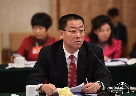 3月5日下午,内蒙古代表团白晓光代表在审议政府工作报告时提出,加快实施创新驱动发展战略,不断提高国有企业核心竞争力。内蒙古日报社融媒体记者 袁永红 摄