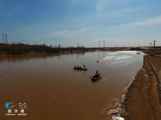 渔民在黄河上捕鱼(新华网发 张伟摄)