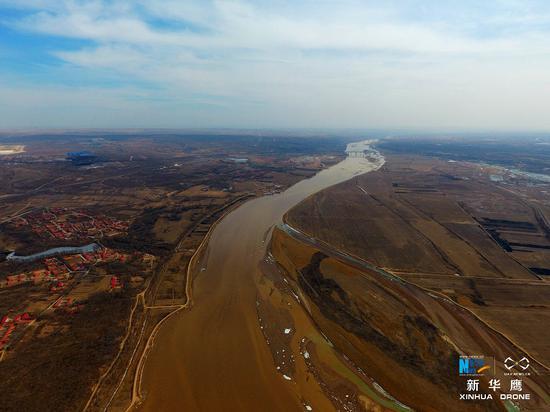 黄河由西而来流经托克托县折南入晋陕峡谷而去(新华网发 张伟摄)
