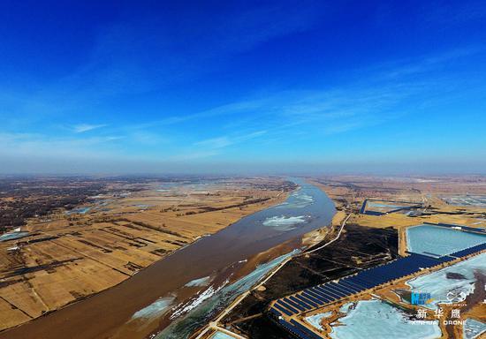 黄河内蒙古段下段已开河58公里(新华网发 张伟摄)