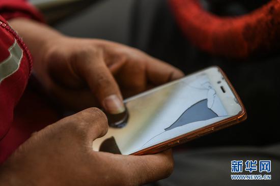 赵飞用来联系客户的手机(3月16日摄)
