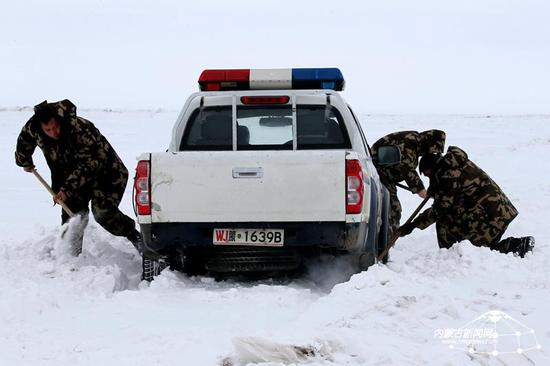 走访中边防派出所车辆陷入积雪中无法前行