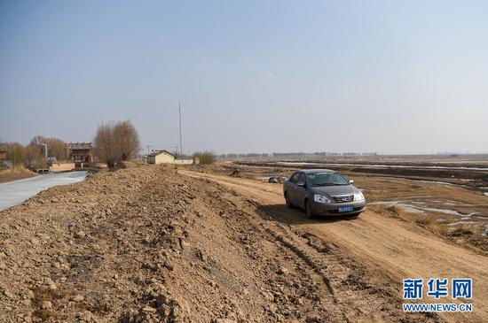 3月16日,为了走近路,赵飞驱车行驶在一条水渠旁的小路上