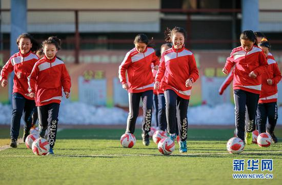 3月15日,呼和浩特市玉泉区通顺街小学女足队员在进行足球技能训练