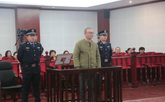 鄂尔多斯市中级人民法院以故意伤害罪对被告人金柱判处死刑,缓期两年执行,剥夺政治权利终身。