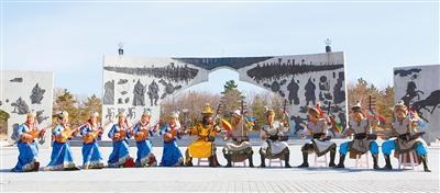科尔沁草原叙事民歌在双合尔公园唱响。