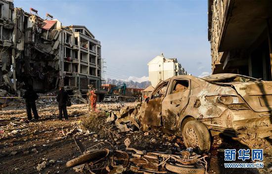 3月25日,救援人员在现场救援。