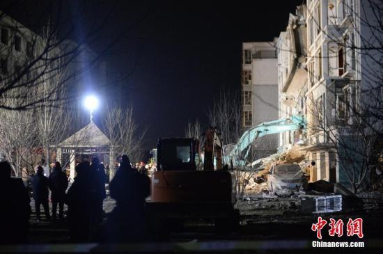 3月25日,发生爆炸的楼体,正在实施救援。当日,内蒙古自治区包头市土右旗一居民小区发生爆炸。中新社记者 刘文华 摄