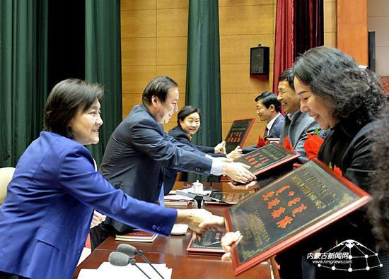 自治区党委副书记、自治区主席布小林为全区实施妇女儿童发展纲要先进集体颁奖。内蒙古日报社融媒体记者 戴宏 摄