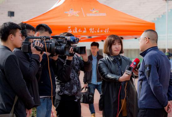 呼和浩特市足球运动中心主任刘勇接受采访时表示,希望比赛让大家共同享受足球的快乐。