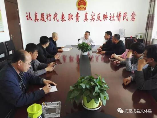 呼和浩特市非遗中心工作人员向黄河湿地管委会党委书记吉亚楠介绍非遗第一村构想