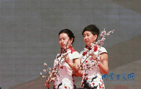 开幕式现场的旗袍秀表演 内蒙古晨报全媒体记者 张杨摄影