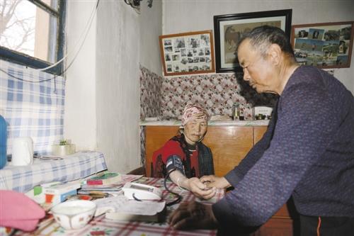 居住在戈壁深处,图布巴图也是个家庭医生。