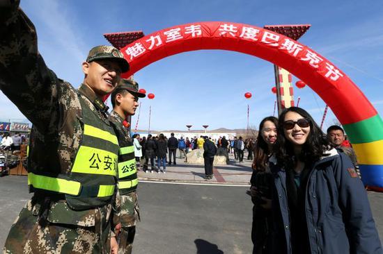 内蒙古室韦边检站官兵为游客提供旅游指南。
