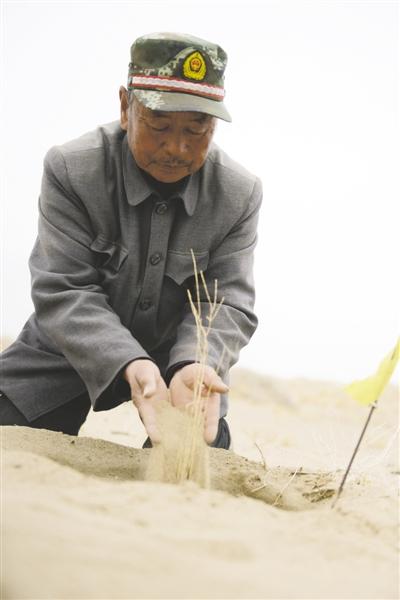 图布巴图与老伴融入大自然的生命活力,如同大自然一样蓬勃旺盛、充满生机。