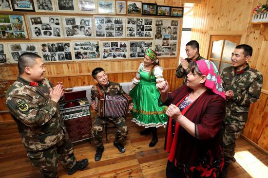 室韦边检站官兵与俄罗斯族群众跳起了俄罗斯传统舞蹈。