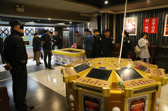 """呼和浩特市缉枪治爆和打击""""黄赌毒""""违法犯罪专项行动中警方捣毁一游戏厅赌博场所"""