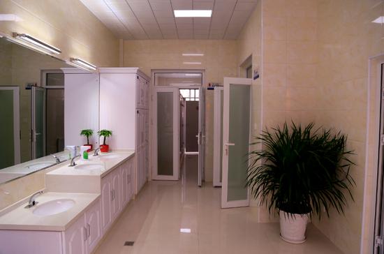 内部配备储物柜、药品柜,智能感应水龙头、洗手液。