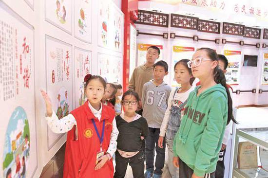 学生在科技馆参观社会主义核心价值观教育基地。