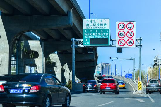针对新规,快速路相关交通标志标线也正在紧张施划中
