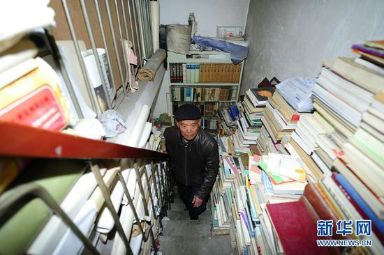 段存瑞书店里的楼梯过道也摆满了各式书籍(4月21日摄)。