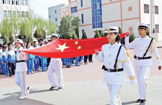 市二中每周举行升旗仪式,开展爱国主义教育。