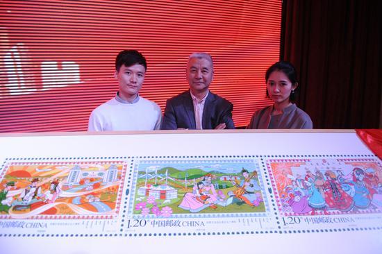 邮票设计者殷会利(中)和他的设计团队