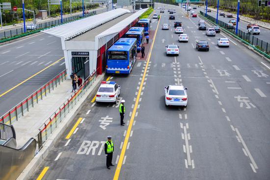 因为是第一次按运行路线行驶,交警部门对快速公交全程保驾护航,同时也是为了提醒社会车辆,切勿违章驶入公交车专用道