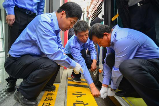 司机师傅们正在对乘客上、下车过车中可能遇到的问题进行测试研究