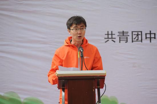 内蒙古分公司机关志愿者代表宣读倡议书