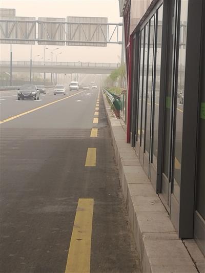 部分车辆仍在BRT公交车道行驶