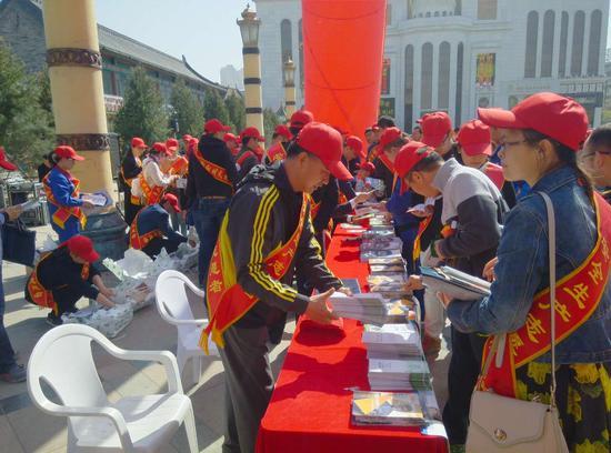 安全生产志愿者领取宣传材料。