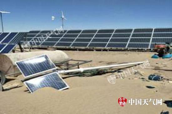 5月4日,阿拉善盟额济纳旗的一处太阳能板被大风挂倒损毁。(图片来源于阿拉善盟气象局)