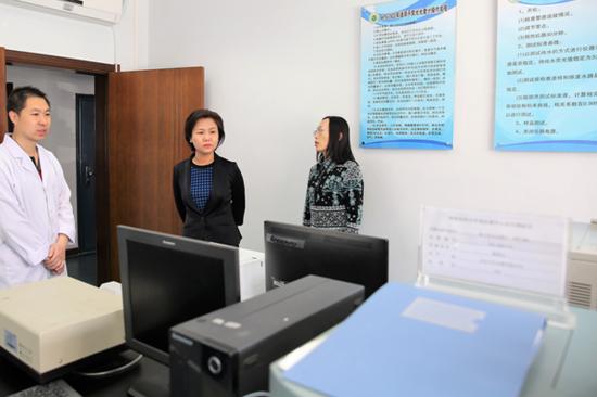 市环保局局长李春燕查看环境监测中心站原子荧光室