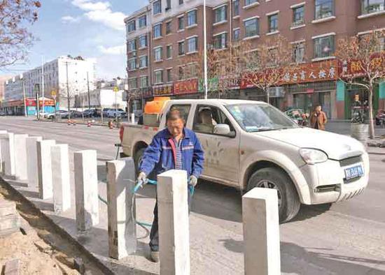 海勃湾区城区内的道路维修改造工程正在如火如荼地进行。