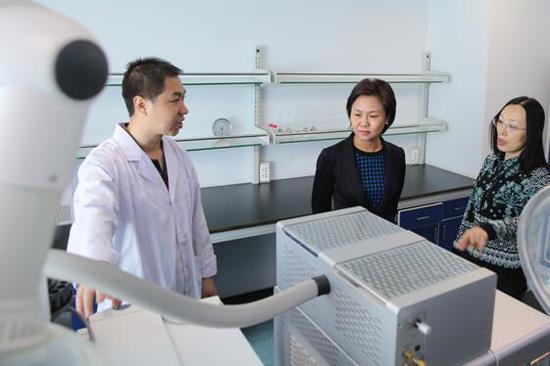 市环保局局长李春燕查看环境监测中心站气质联用室