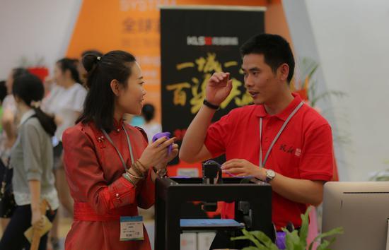内蒙古文化音像出版社的工作人员在了解一款智能3D打印机的应用