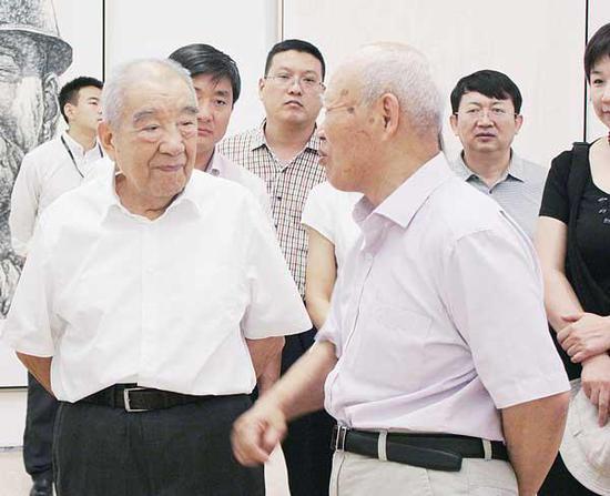 """2013 年8 月25 日,87 岁高龄的布赫同志到中国美术馆参观""""翰墨长河""""中国书法城·乌海书法美术摄影展。(郭婧 摄)"""